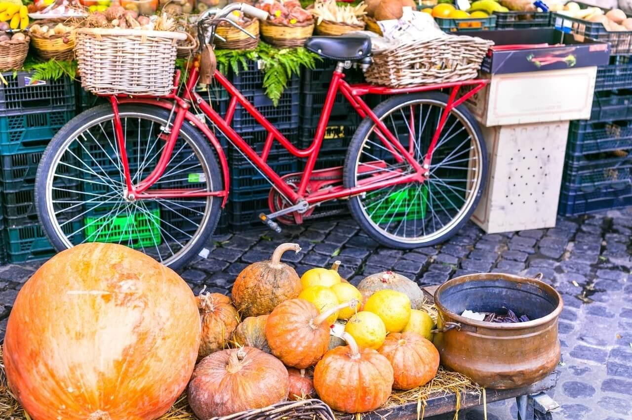 לבקר בשוק מקומי אותנטי: דלעות ענק וערמונים בשוק קמפיו דה פויורי