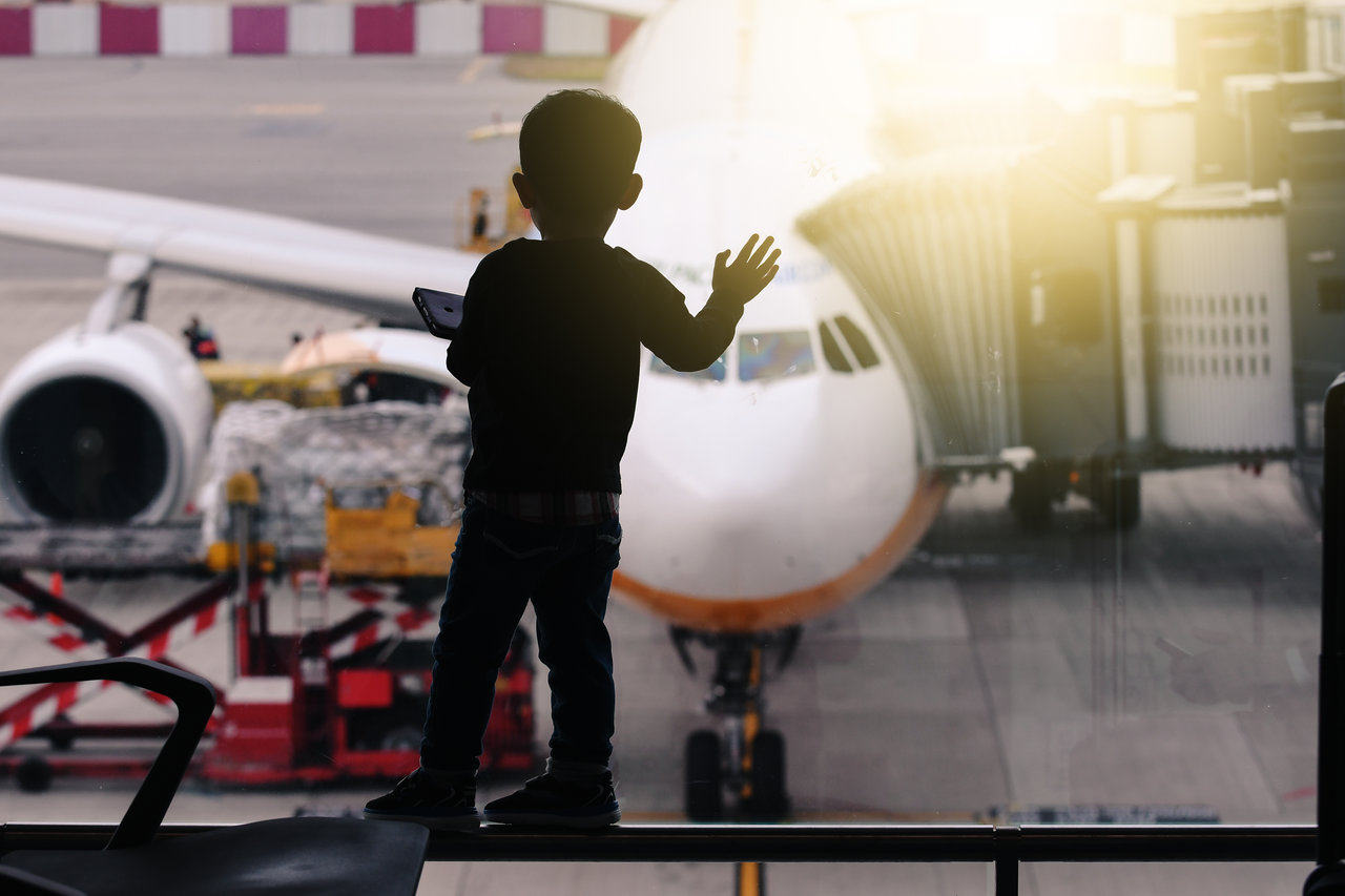 ילד בשדה התעופה