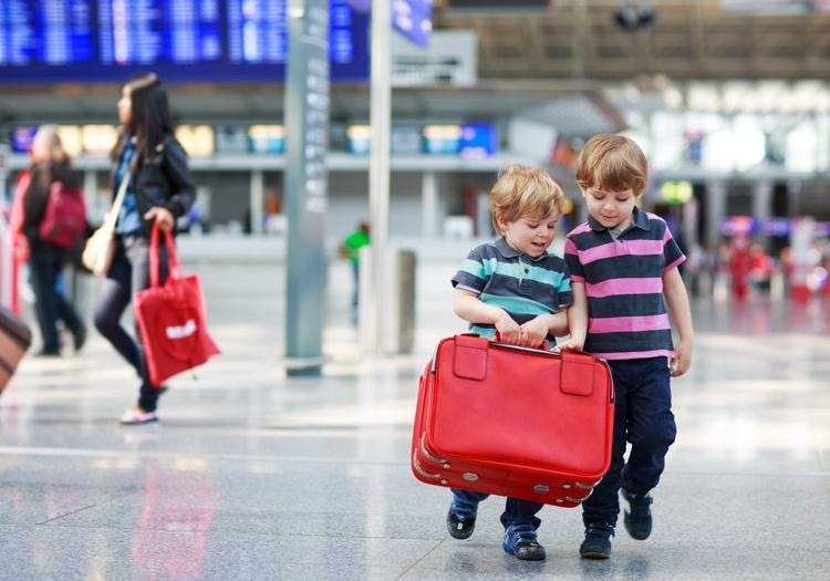 ילדים עם מזוודה בשדה התעופה