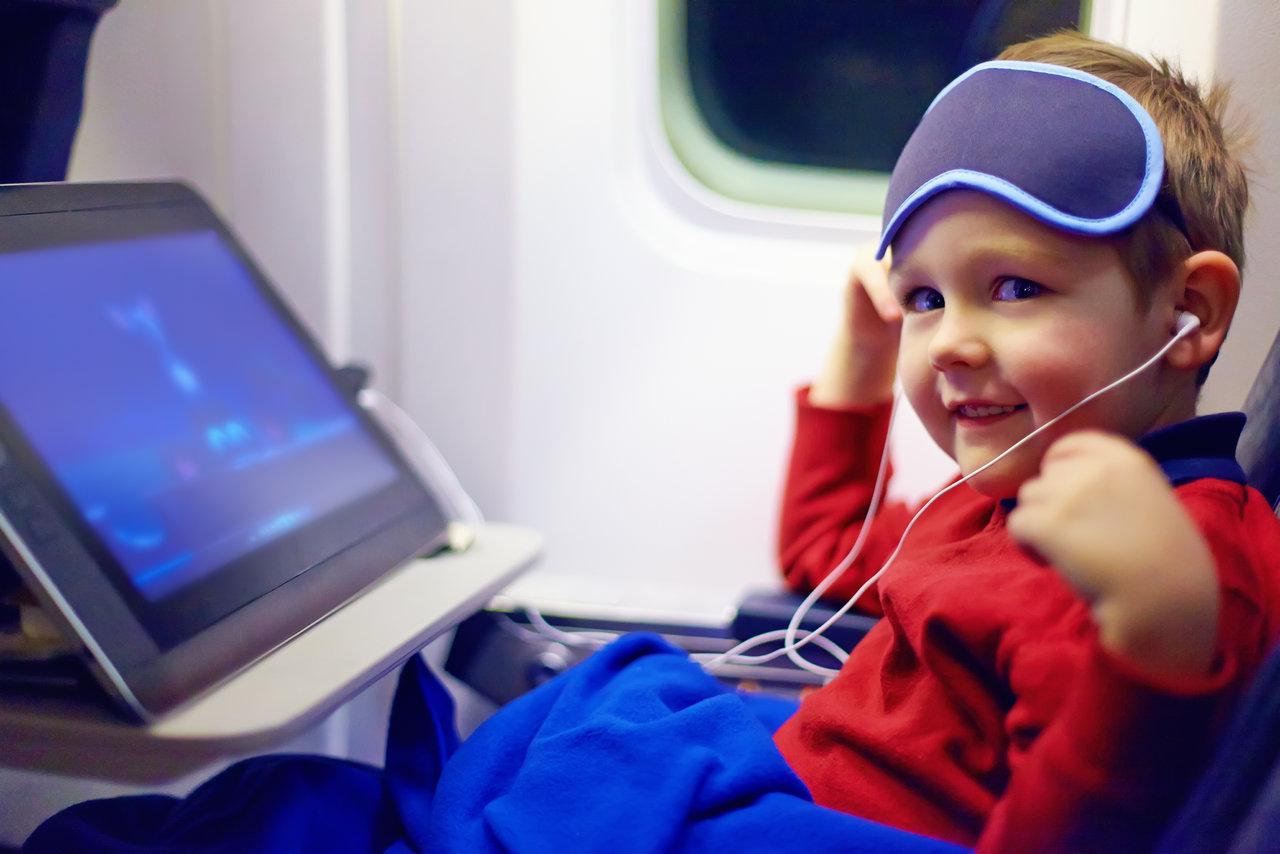 ילד עם אייפד בטיסה