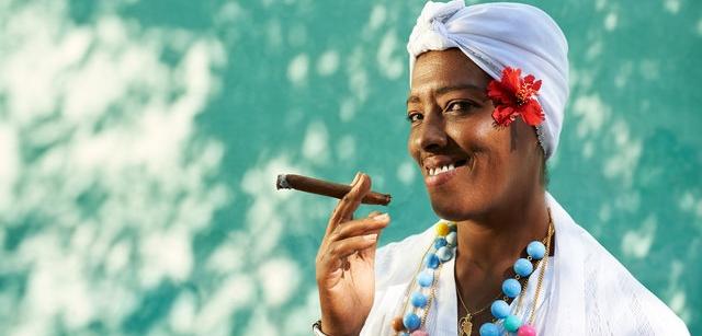 אישה קובנית עם סיגר - הבלוג של כספי טורס